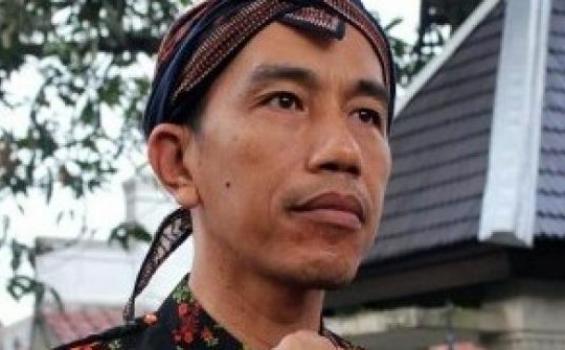 Pakde Jokowi dengan pakaian adat